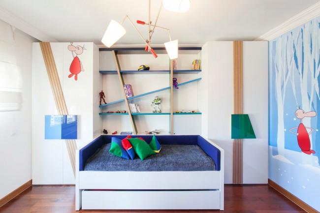 Симметричные детские шкафы для одежды и необычная система настенных полок