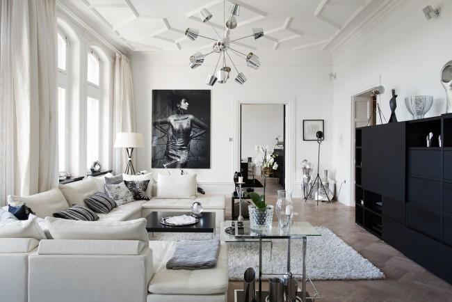 Светлая и полная воздуха монохромная гостиная