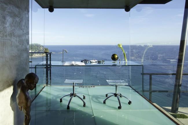 Стеклянные стены и стеклянная же, невесомая мебель в потрясающем домашнем офисе с видом на море. Никакого декора здесь попросту не нужно