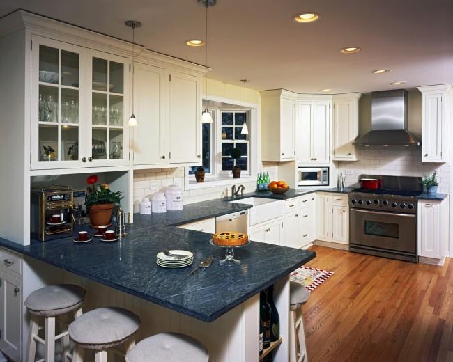 Комфортная кухня-студия с яркой темно-синей мраморной столешницей