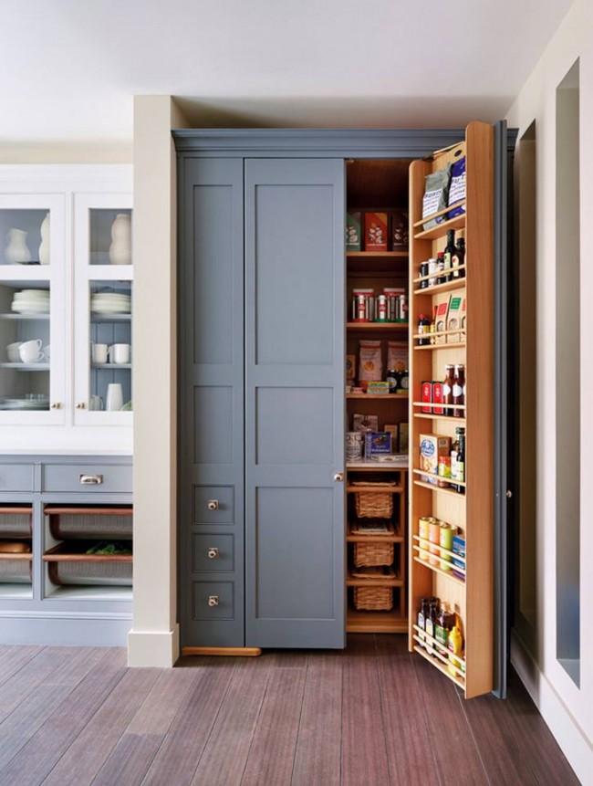 Удобный и вместительный шкаф в одном стиле с кухонным гарнитуром с дополнительными выдвижными ящиками для необходимых мелочей