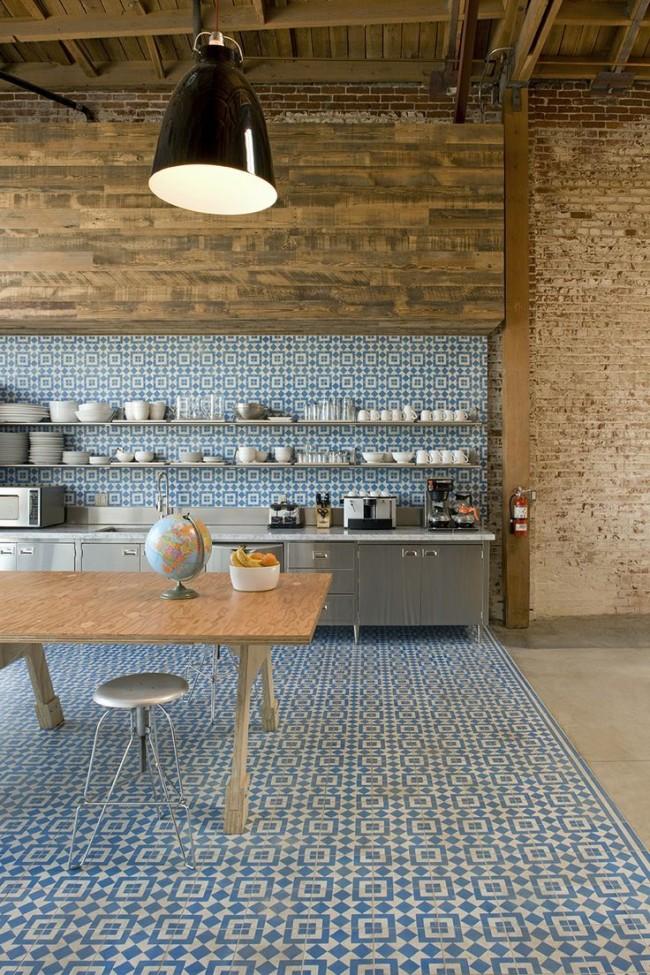 Очень смелое решение для зонирования кухни-студии, в котором кухонная зона выделена оригинальной орнаментальной плиткой