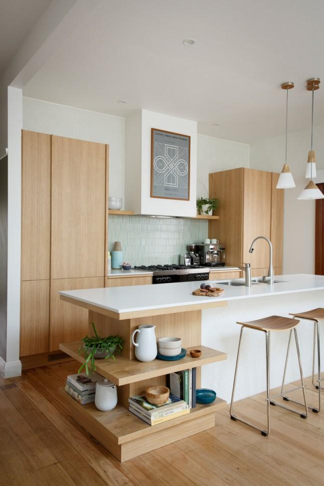 Оптимальное решение для небольшой кухни-студии: дополнительные полки под столешницей