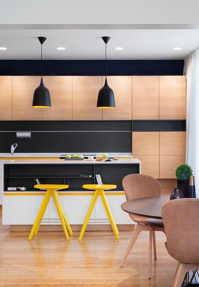 В барную стойку легко встроить дополнительные полки и шкафчики, что экономят пространство небольшой кухни-студии