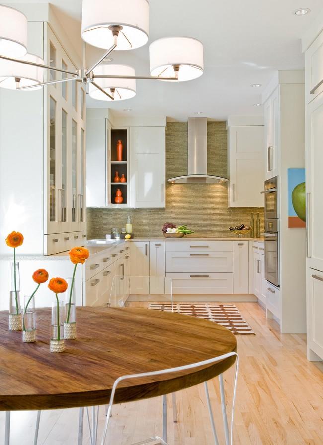 Приятная цветовая гамма в небольшой кухне-студии с натуральными отделочными материалами стен над рабочей зоной