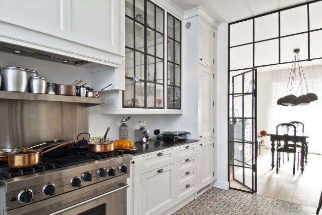 Сочетание белого и черного абсолютно универсально - с ним возможен и индустриальный, и классический, и современный дизайн