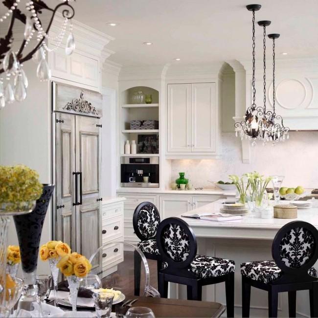 Декоративные узоры на стульях подчеркивают общий классический стиль кухонного интерьера