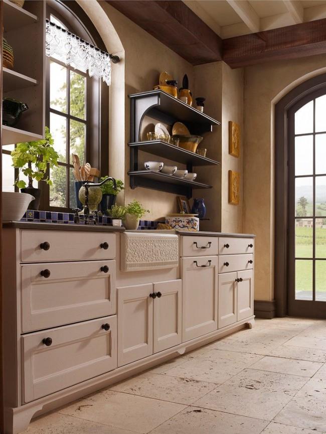 Колоритная кухня в стиле кантри. Шкафы здесь уместнее не белоснежные, а цвета слоновой кости и кремовые