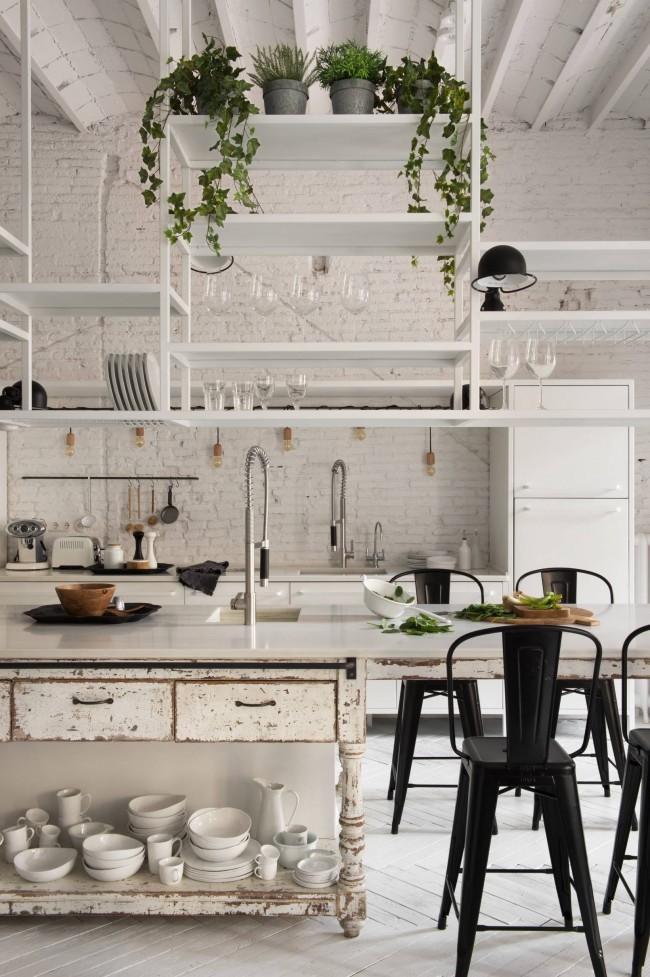 Кантри- и богемный декор тотально белой кухни-лофт