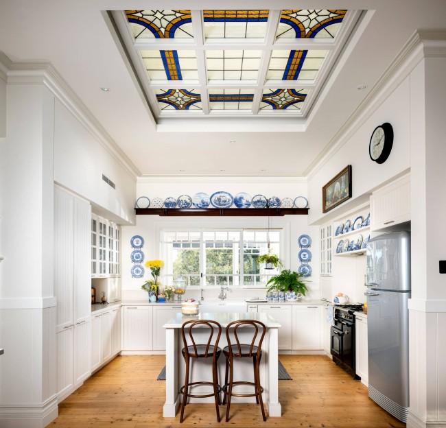 Голландский фарфор и витражи - роскошные дополнения к простой классической кухне