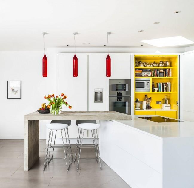 Яркие желтый и красный цвета на практически универсальном белоснежном фоне