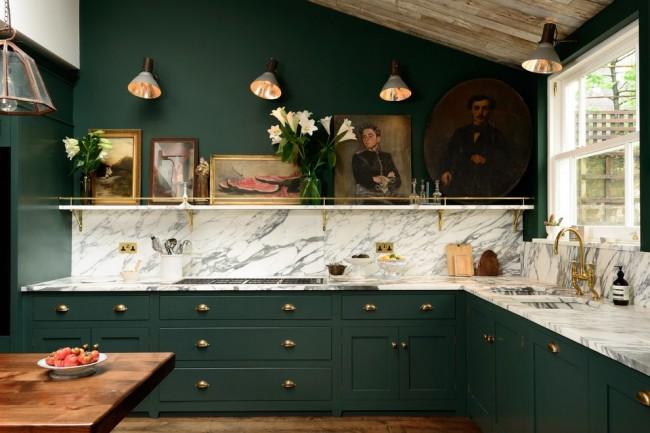 Дизайн кухни зеленого цвета. Темно-зеленый цвет наполнит пространство энергетикой уверенности, процветания и силы. А белый мрамор, как на фото, незабываемо подчеркнет классический шик гарнитура