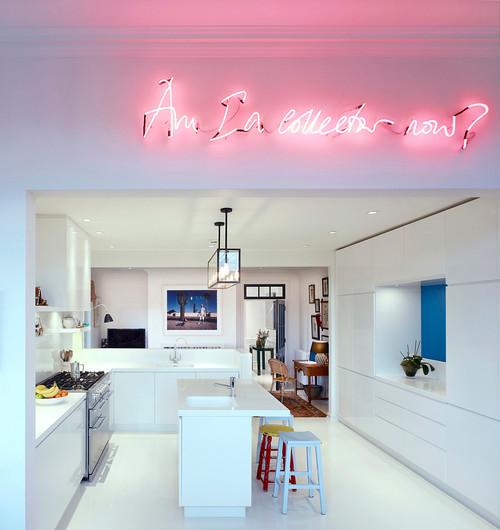 Светлая кухня с оригинально реализованной подсветкой