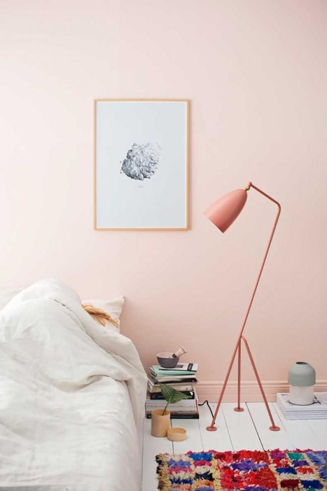 В современном интерьере яркий акцент может быть в виде как яркой отделки стен, так и объемного напольного ковра