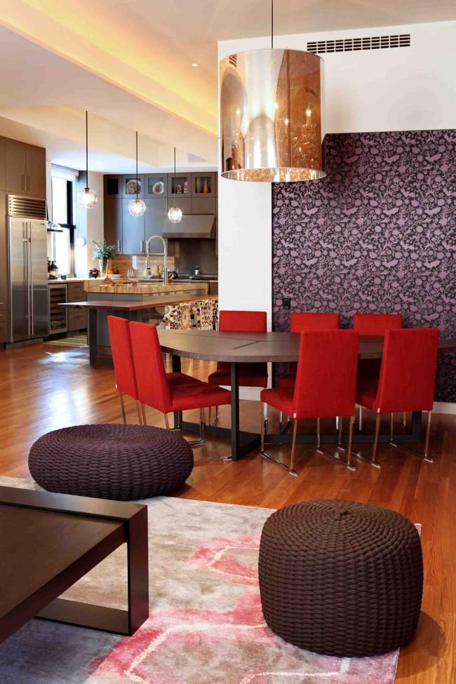 Интерьеры квартир в современном стиле вовсе не обязательно отличаются белыми стенами - изысканные обои с принтом также допустимы