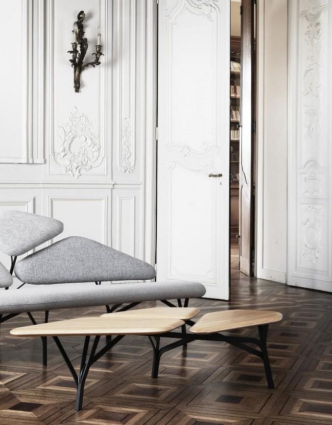Парижский шик в современной квартире - это паркетный пол, белый цвет стен с молдингами и имитацией лепнины и изящная дизайнерская мебель