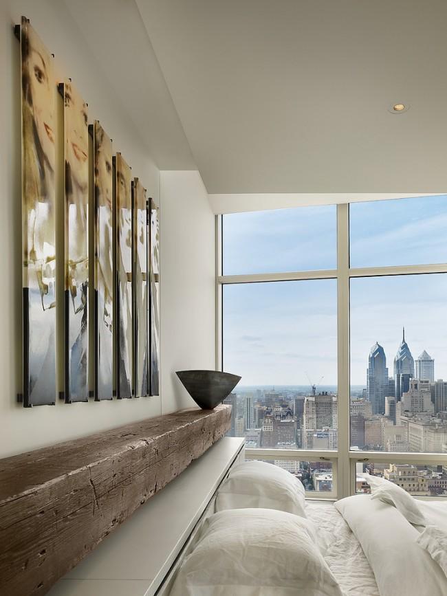Роскошный вид на город сам по себе декоративен, поэтому лаконичная обстановка в спальне с панорамными окнами - самый верный выбор
