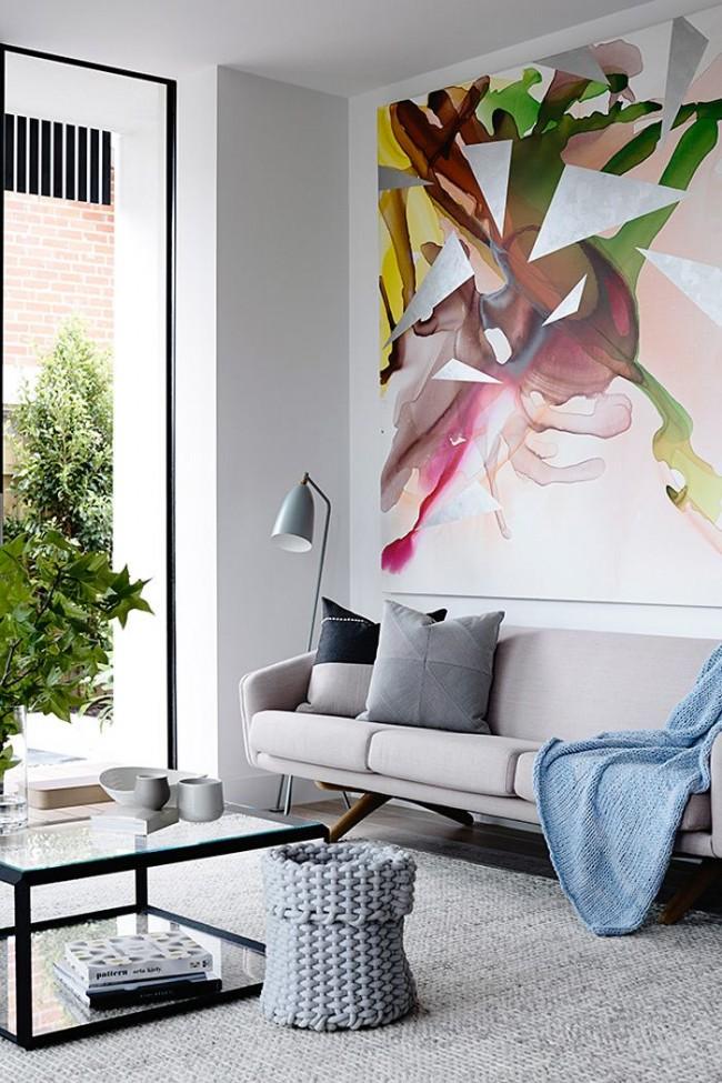 Выигрышное размещение картины в интерьере! Белые стены всегда визуально делают потолок выше, а размещенная на центральной стене вертикальная яркая картина еще заметнее вытягивает пространство