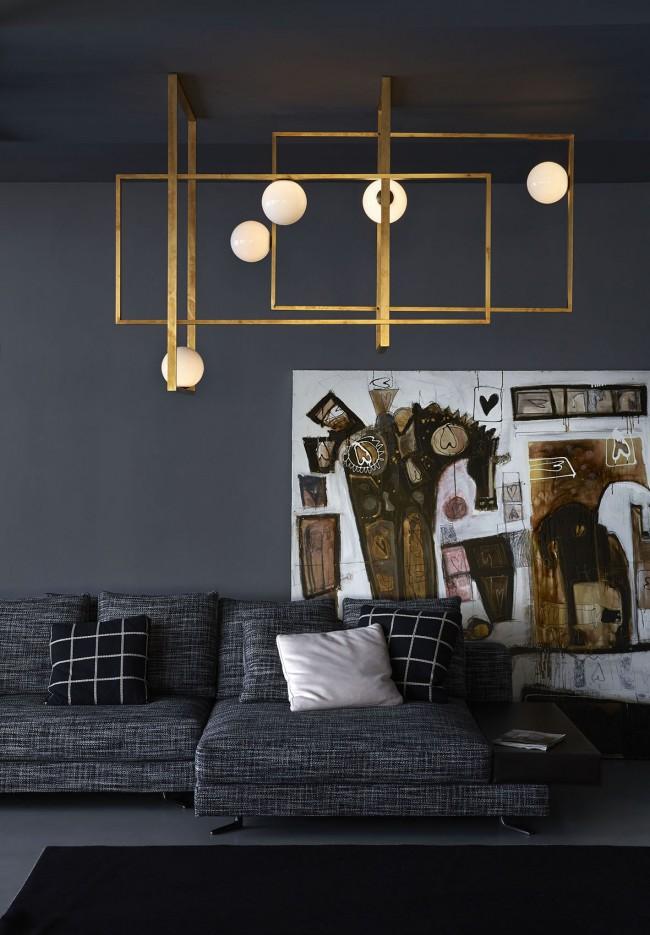 Латунный потолочный светильник Mondrian от Venice M в комнате с темной отделкой стен и потолка. Здесь всегда завершит композицию правильно именно абстрактное искусство