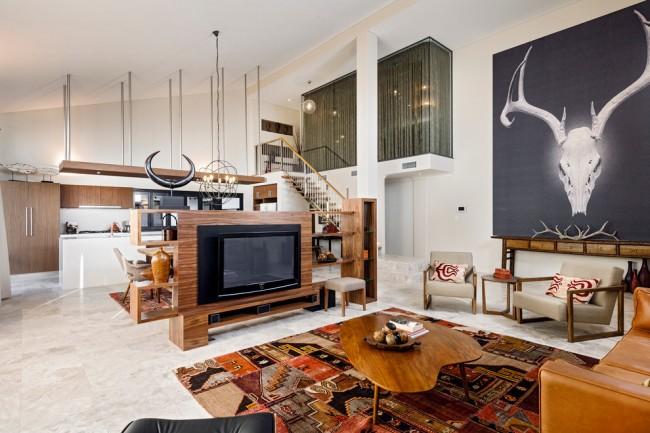 Стильная двухуровневая квартира - студия, в которой деревянные элементы удачно соседствуют с индустриальным декором и мебелью в стиле ретро