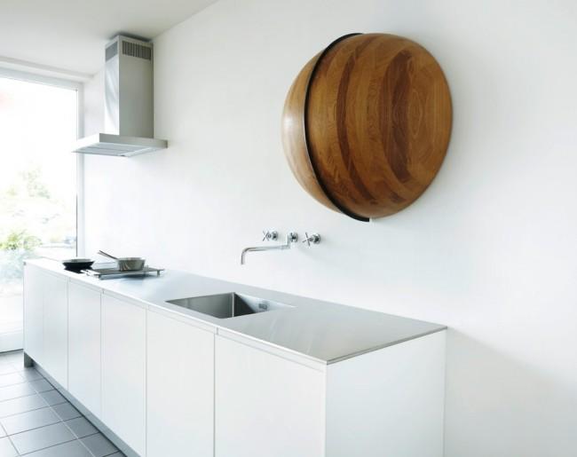 Сочетание строго стиля хай-тек и эко стиля в хорошо освещенной кухне