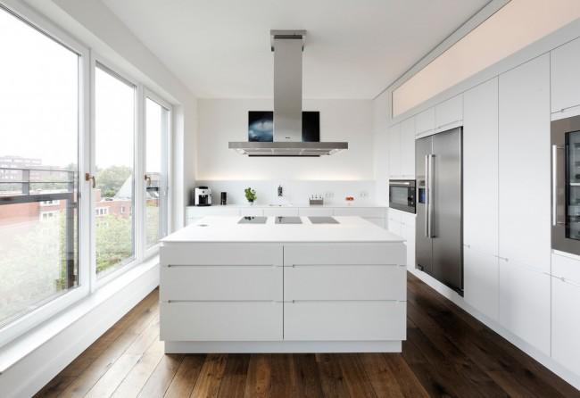 Пол из темного дерева в белой панорамной кухне