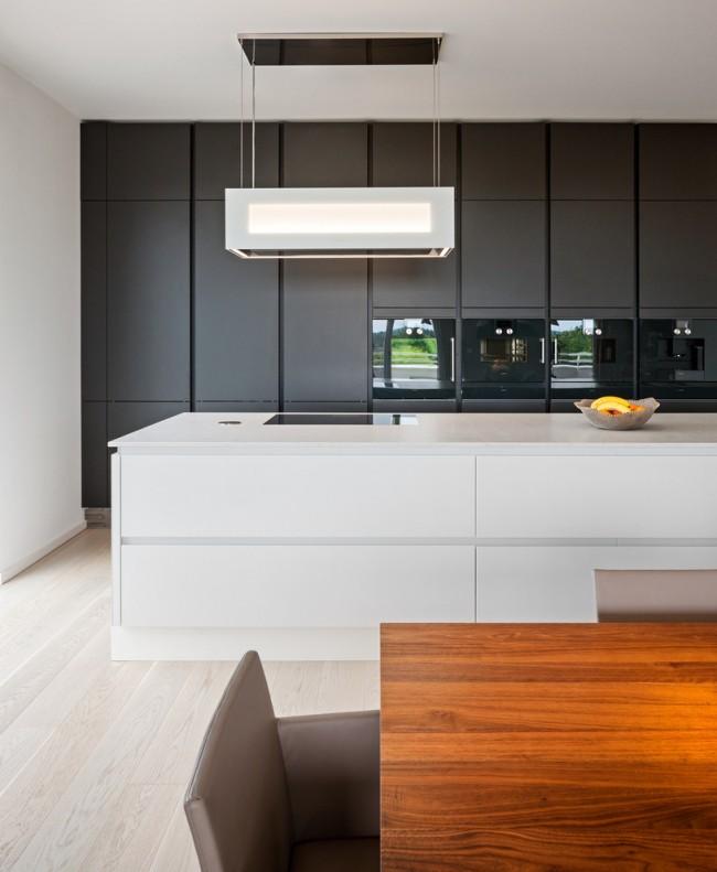 Немного теплых оттенков дерева в черно-белой кухне