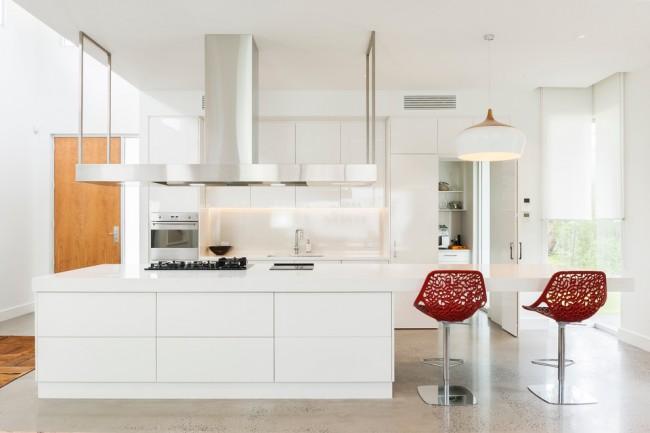 Стильная кухня с параллельно расположенным расположенным мебельным гарнитуром