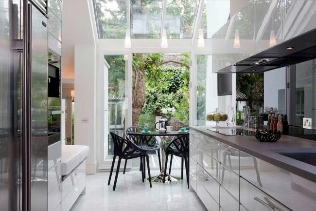 Сочетание металлического и бежевых оттенков в панорамной кухне
