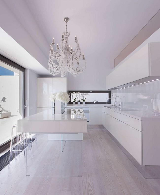 Белоснежная кухня с рабочим островом на стеклянных ножках