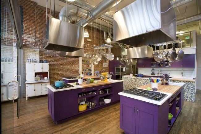 Фасады шкафов насыщенного фиолетового цвета + терракота кирпичных стен + блеск стекла и шлифованного металла