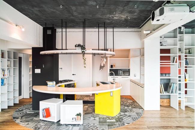 Черно-белая напольная плитка, стыкованная с ламинатом для четкого зонирования пространства, и эксклюзивный радиальный кухонный гарнитур