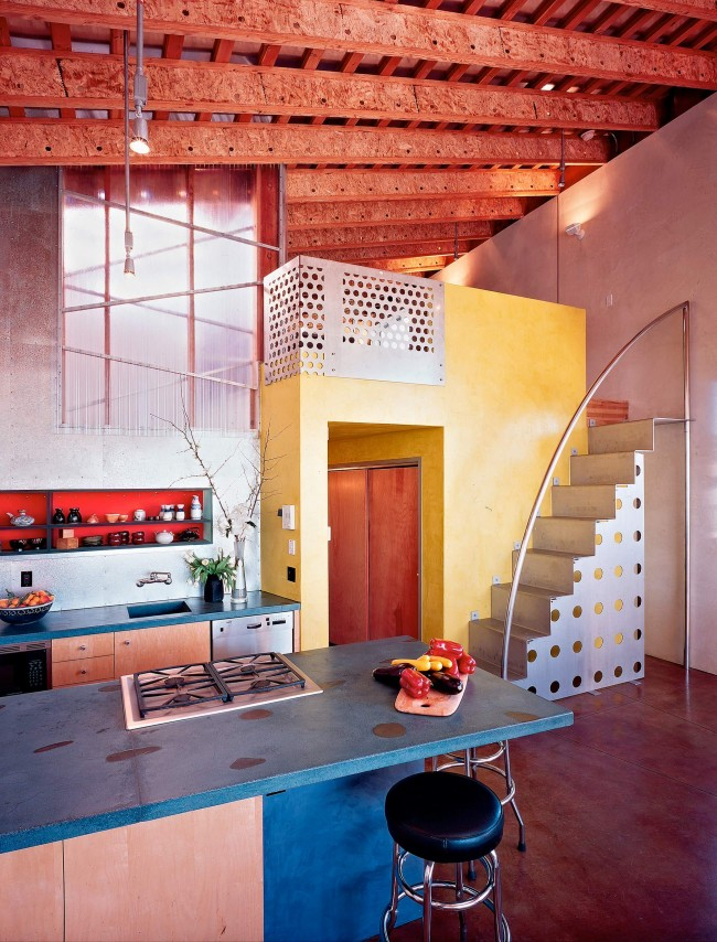 Стиль color blocking. Также на фото нужно отметить необычную идею с ригелями из распиленных древесно-стружечных плит под потолком