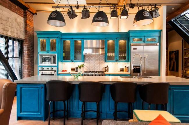Яркий бирюзовый цвет подсвеченных внутри состаренных шкафов в кантри-стиле, и современная встроенная бытовая техника