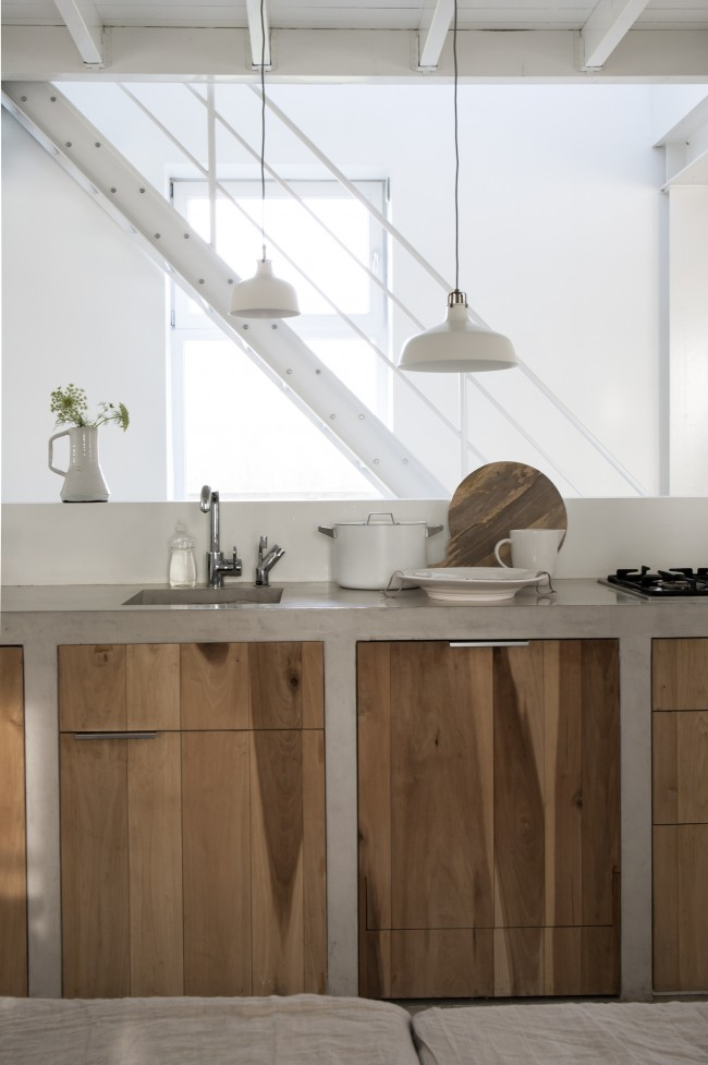 Кухонные шкафы полностью из бетона, с дверцами с нарочито выраженным древесным рисунком