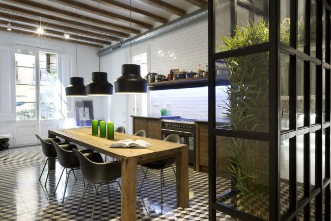 Прозрачная стеклянная перегородка, внутри которой создают приватность зон подсвеченные искусственные растения