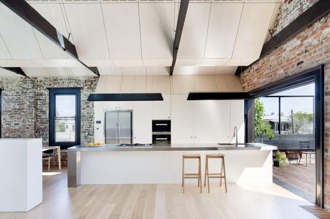 Сложный многоуровневый потолок из отдельных плит, опирающийся на открытые швеллеры