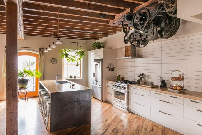 Кухня в стиле лофт. Настоящий старинный лифтовый двигатель в лофте, устроенном в помещении бывшего консервного завода в Филадельфии
