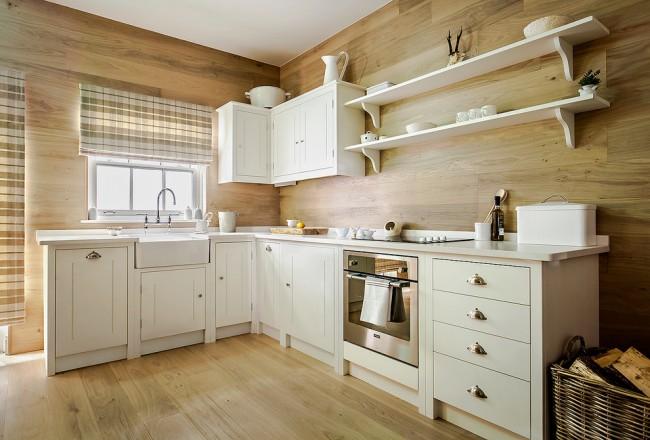 Общеизвестный прием: чтобы визуально расширить пространство маленькой кухни, лучше использовать светлые тона: бежевый, молочный или светло-серый цвет