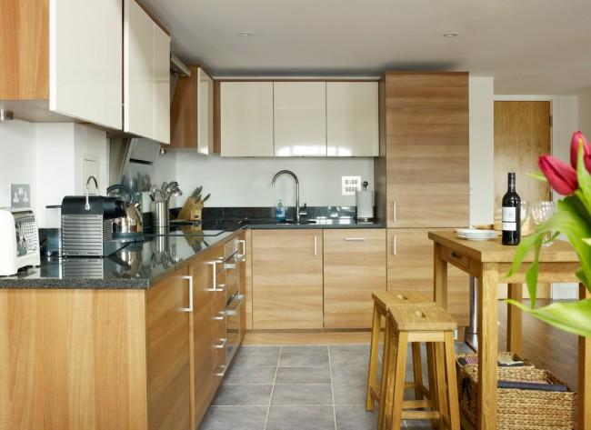 Отличным вариантом для кухни с маленькой площадью всегда будут навесные шкафы
