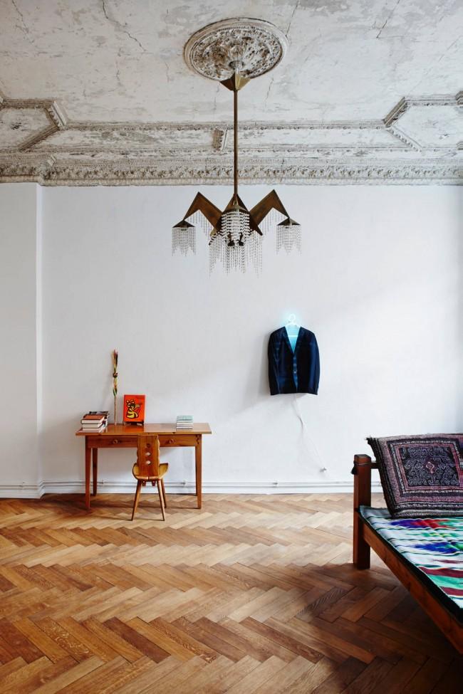 """Авангардная форма люстры в классической обстановке: состаренный потолок с лепниной, нейтральные белые стены, наборной паркет на полулюстра цвета слоновой кости. Для такой идеален """"теплый"""" свет и оригинально она будет смотреться в индустриальной или ультра-современной обстановке, как на фото, отраженная в зеркале"""