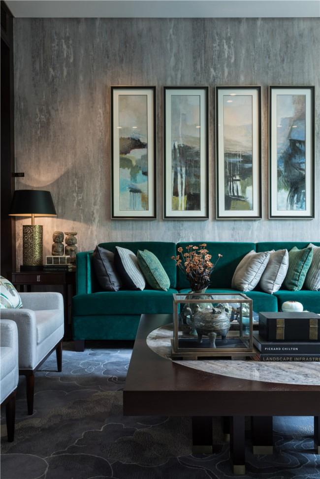 Невероятно глубокие оттенки зеленого в маленькой гостиной