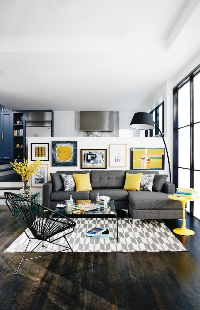 Яркие и теплые желтые оттенки акцентно расставленные по всей комнате визуально увеличивают пространство и создают солнечное настроение