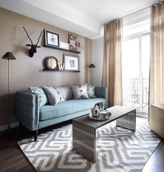 Маленькие симметричные лампы по обе стороны дивана предоставят достаточное количество света, не загромождая лишнего пространства