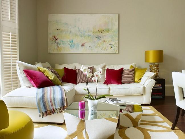 Яркая и очень теплая гостиная в светлых тонах с броскими желтыми, красными и розовыми штрихами