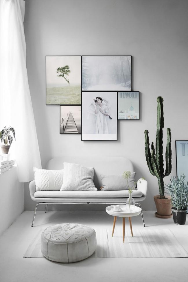 Картины в строгих черных рамках без излишеств, в цветовой гамме, созвучной интерьеру комнаты