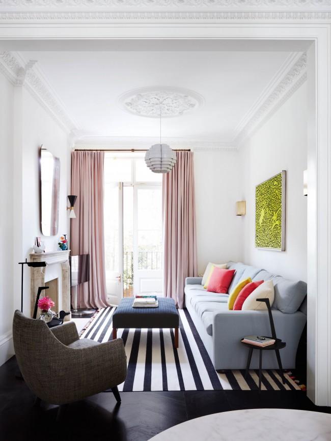 Палитра из органично сочетающихся пяти цветов, легко подчеркнут настроение гостиной. Обратите внимание: черно-белые полосы на ковре визуально растягивают пространство комнаты
