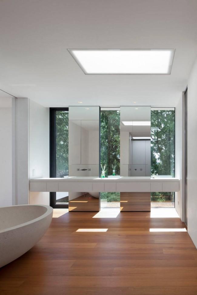 Использование зеркал в аскетичной и простой ванной комнате