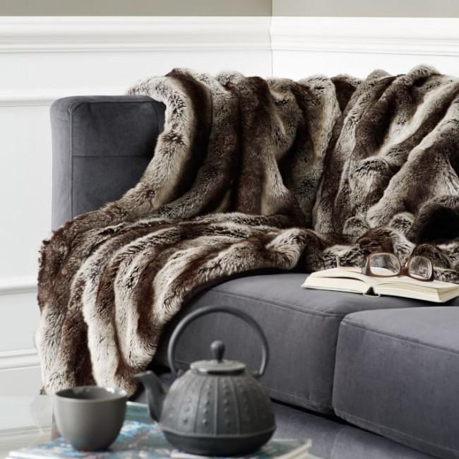 Покрывало из искусственного меха на диване, для уютного и комфортного времяпровождения