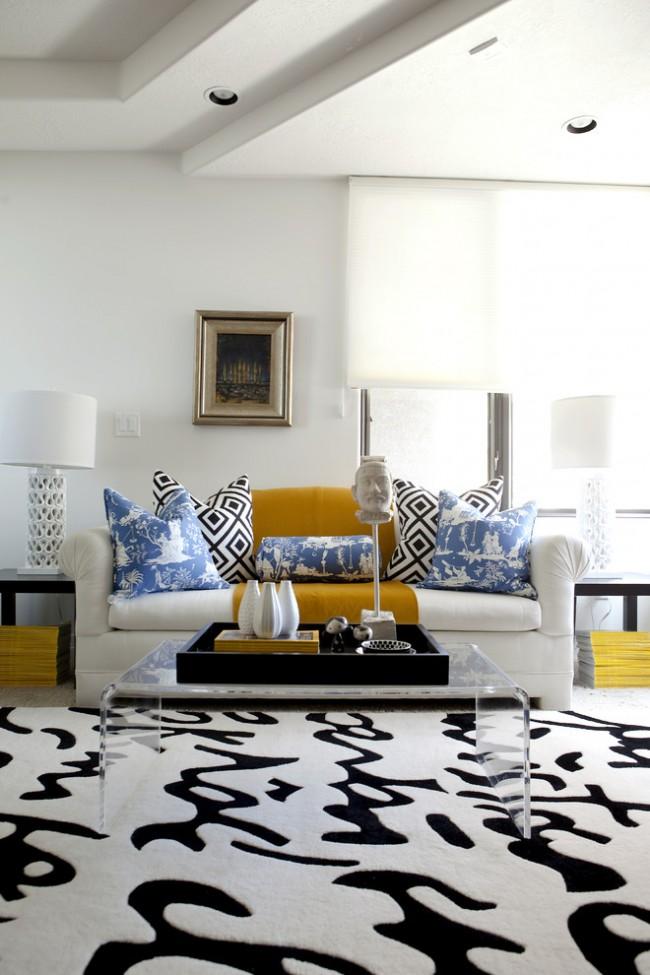 Добавление желтого и голубого цвета в черно-белой гостиной